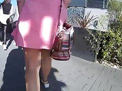 Con minifalda y sin calzones en el estacionamiento